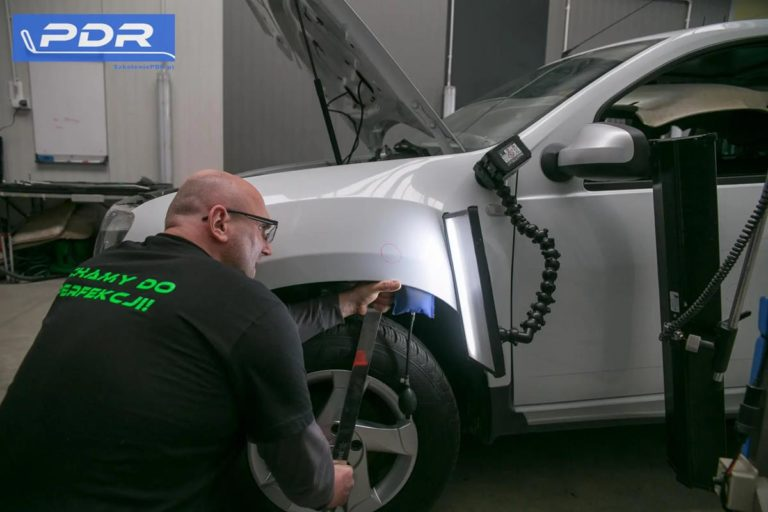 Jak radykalnie skończyć z wgnieceniami na masce samochodowej?